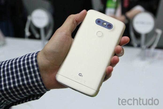 Assim como o LG G5 (foto), o G5 SE também possui câmera dupla na parte traseira (Foto: Fabrício Vitorino/TechTudo)