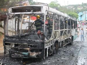 Dois menores foram apreendidos suspeitos de colocar fogo em ônibus na Caieira do Saco dos Limões, nesta terça-feira (5) (Foto: Ronney Mendes/Divulgação)