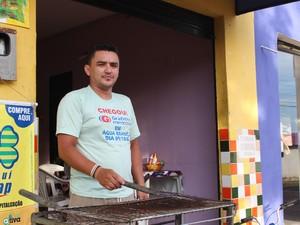 O morador Ramon Ramos fala da insegurança e diz que foi vítima de assalto em sua casa (Foto: Ellyo Teixeira/G1)