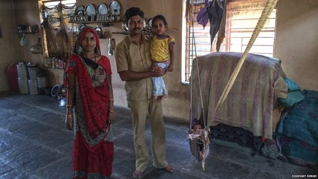 """""""Se você é da casta Mehatar, você precisa fazer esse trabalho. Não dizem isso diretamente, mas é o que você é contratado pra fazer e o que é esperado, até dos moradores. Se há fezes para limpar, eles vem nos chamar para fazê-lo"""", diz Anil, do distrito de Dhule, no Estado de Maharashtra (Foto: Digvijay Singh/BBC)"""