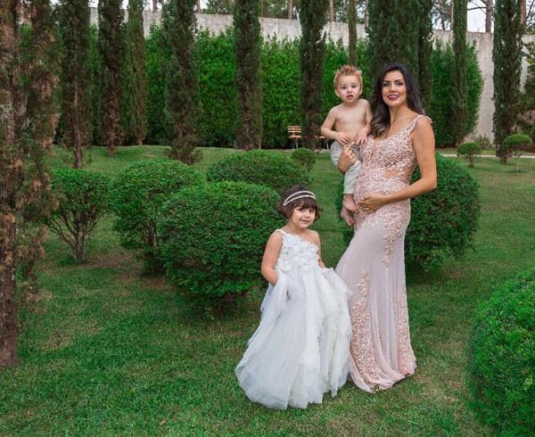 Mariana com os filhos, Anita e Antônio (Foto: Mamãe e Bebê Fotografias)
