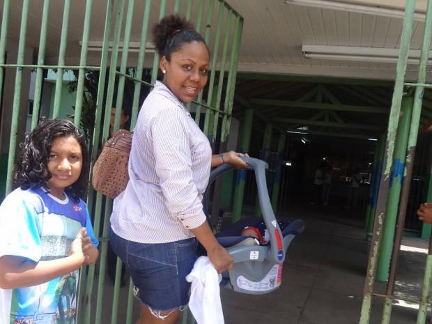 Herna Azevedo chegou ao local da prova carregando filho de um mês (Foto: Luana Laboissiere/ G1)