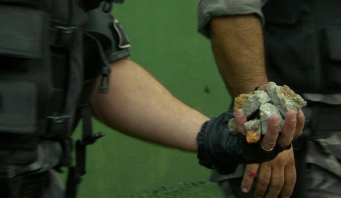 Policial mostra pedras atiradas por torcedores em briga no jogo de Inter e Brasil-Pel (Foto: Reprodução)