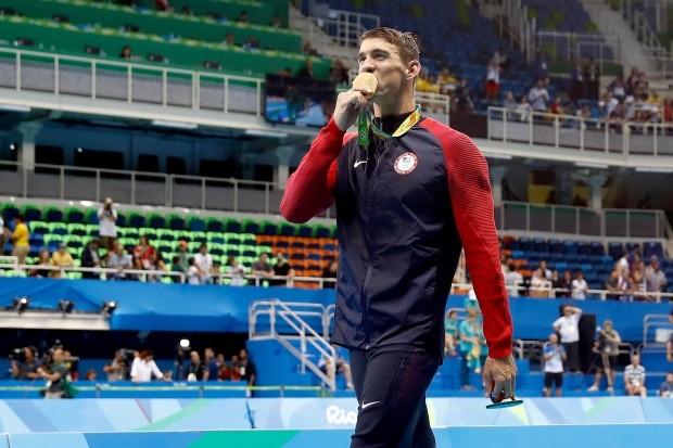 Michael Phelps comemorando (mais um) ouro olímpico (Foto: Clive Rose/Getty Images)