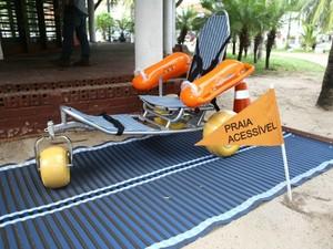"""Projeto de Praia Acessível inclui cadeira anfíbio e """"pista"""" para locomoção em areia (Foto: Prefeitura de Fortaleza/Divulgação)"""