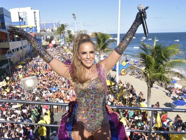 Ivete Sangalo posa para foto em cima do trio (Foto: Elias Dantas/Ag. Haack)