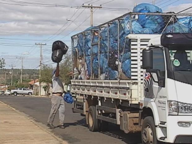 Moradores pagam taxa do lixo com base no consumo de água (Foto: Reprodução / TV TEM)