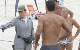 Lilia Cabral grava na praia da Barra da Tijuca