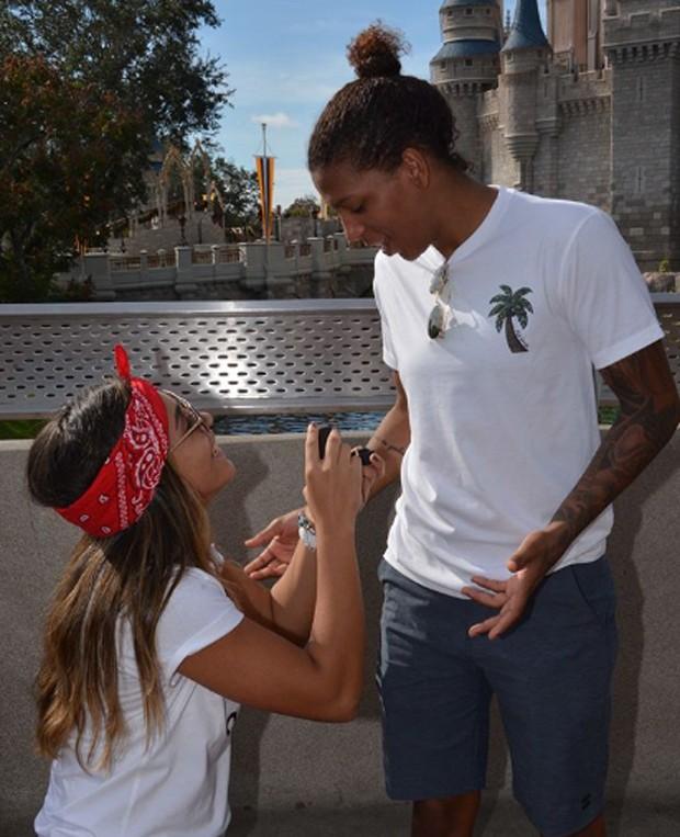 Thamara Cezar surpreendeu Rafaela Silva com um pedido na frente do castelo da Cinderela  (Foto: Reprodução/Instagram)