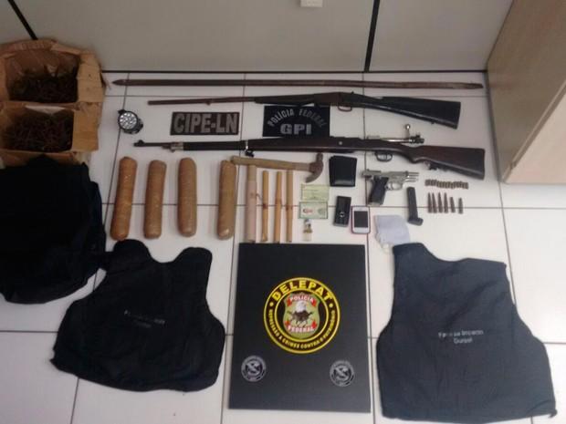 Material foi apreendido dentro do carro abandonado pelos bandidos (Foto: Divulgação/Polícia Civil)