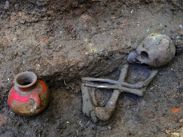 Imagem mostra restos mortais de ser humano que viveu há 1.600 anos descobertos por arqueologistas de El Salvador e Japão (Foto: HO/Secretaria de Cultura/AFP)