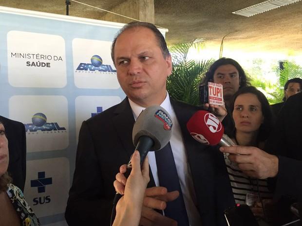 Ministro Ricardo Barros fala a jornalistas após anunciar dados sobre combate à hepatite C (Foto: Gabriel Luiz/G1)
