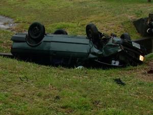Veículo capotou três vezes no canteiro central da rodovia (Foto: Reprodução/EPTV)