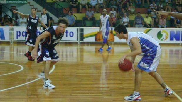 Jogo foi disputado, mas a LSB soube garantir a vitória nos últimos minutos (Foto: Alan Schneider/Globoesporte.com)