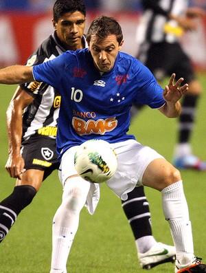 Botafogo x Cruzeiro, Renato e Montillo (Foto: Marcos de Paula / Agência Estado)
