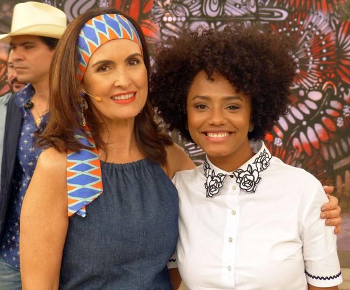 A atriz Jéssica Ellen com a Fátima nos bastidores  (Foto: Vinícius Cunha/Gshow)