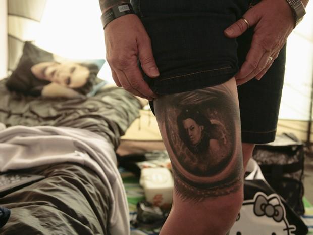A fã Daphne Underwood  mostra sua tatuagem inspirada em 'Crepúsculo' (Foto: Reuters/Jason Redmond)