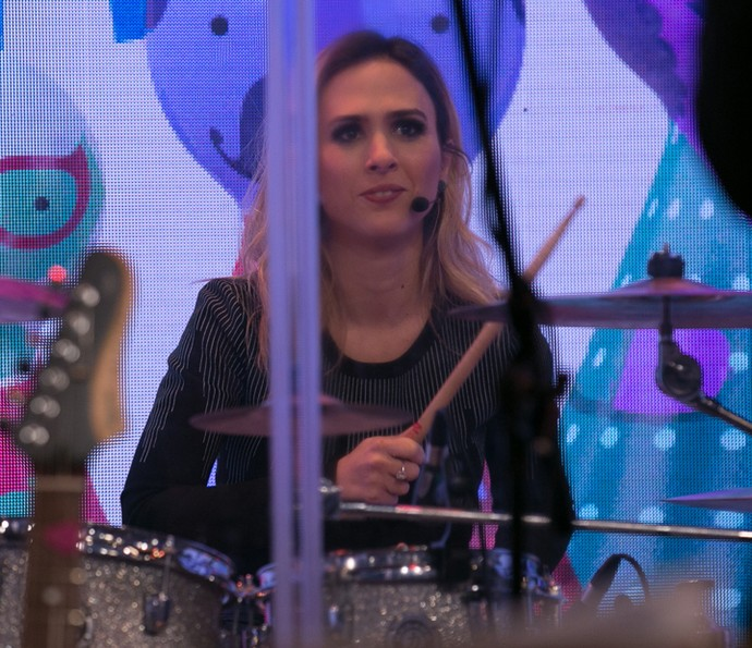 Tatá Werneck toca bateria (Foto: Isabella Pinheiro / Gshow)
