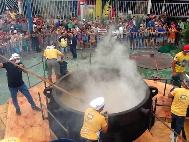 Foliões tomam caldo da ressaca de panelão em Acopiara, no Ceará (Foto: Foto: Lindomar Rodrigues)