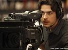 Ator ou câmera man? Marco Pigossi brinca nos bastidores (Foto: Sangue Bom / TV Globo)