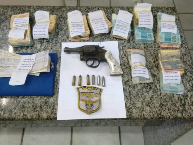 Dinheiro roubado foi recuperado e arma foi apreendida com os suspeitos em Garanhuns (Foto: Divulgação/Polícia Militar)