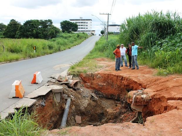 Defesa Civil vistoria chuvas região Sudeste Avenida Bom Sucesso Bairro Nações erosão cratera Divinópolis MG (Foto: Assessoria PMD/ Letícia Enes)