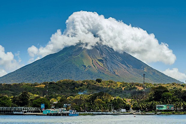 The 1610m Volcan Concepcion looms behind port of Moyogalpa in west of the island, Moyogalpa, Isla Omotepe, Lake Nicaragua, Nicaragua, Central America (Foto: Rob Francis/Robert Harding)