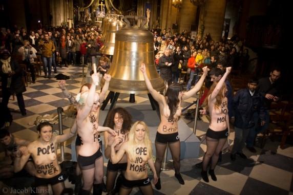 Ativistas do Femen comemoram a renúncia do Papa dentro da Catedral de Notre Dame, na França (Foto: Femen.org)