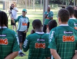 Marcelo Oliveira conversa com os jogadores do Coritiba, em Foz do Iguaçu (Foto: Divulgação / Coritiba)