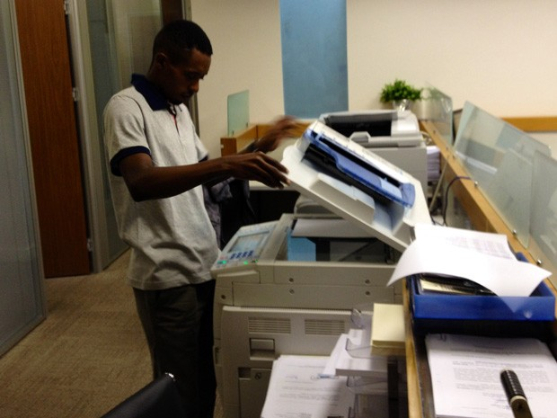 Rafael agora trabalha como auxiliar de serviços gerais em um escritório no Centro do Rio (Foto: Henrique Coelho/G1)