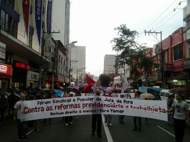 Manifestação no Centro de Juiz de Fora (Foto: Fellype Alberto/G1)