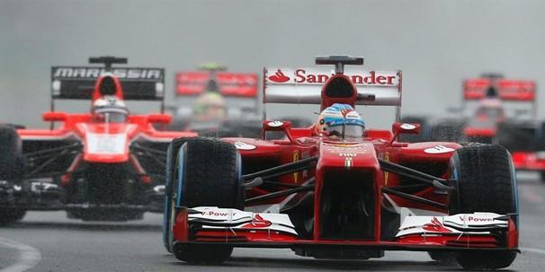 Pilotos usam pneus de chuva no primeiro treino classificatório da temporada 2013, que acabou cancelado (Foto: Reuters)