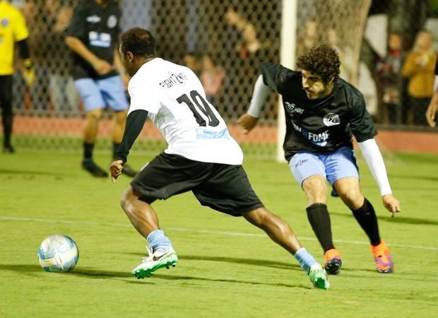 Caio Castro disputa bola em partida de futebol (Foto: Felipe Panfili/Divulgação)