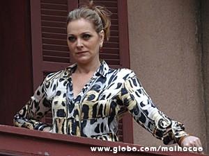Maura decide ir até o garage sale e vê suas taças (Foto: Malhação / TV Globo)