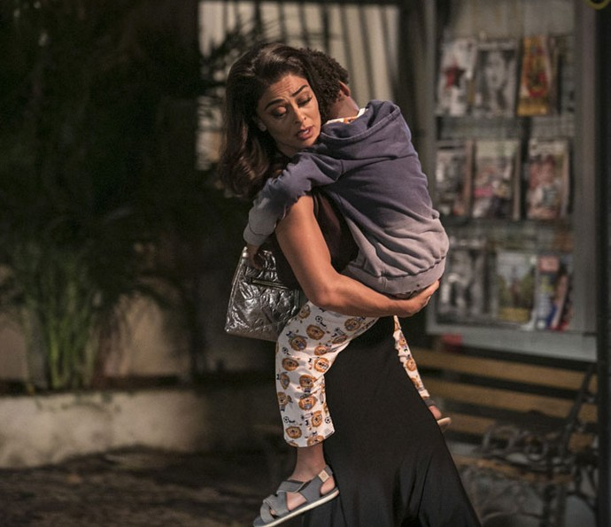 Carolina fica desesperada ao perceber que Gabriel não melhorou (Foto: Raphael Dias/Gshow)