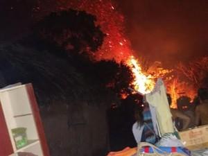 Famílias tiraram móveis e outros objetos às pressas das casas tomadas pelo fogo (Foto: Defesa Civil/ Divulgação)