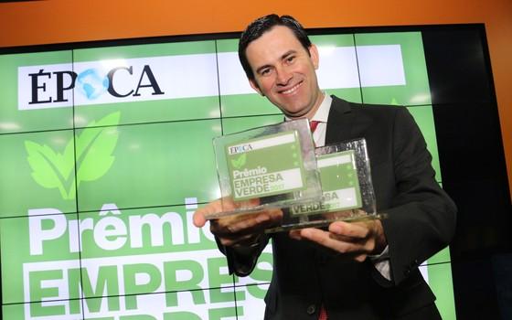 Vando Telles da Pecsa segura os troféus do Empresa Verde (Foto: Rogério Cassimiro)