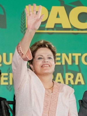 Dilma Rousseff participou em Contagem (MG) de evento para entrega de máquinas a municípios mineiros (Foto: Roberto Stuckert Filho/PR)