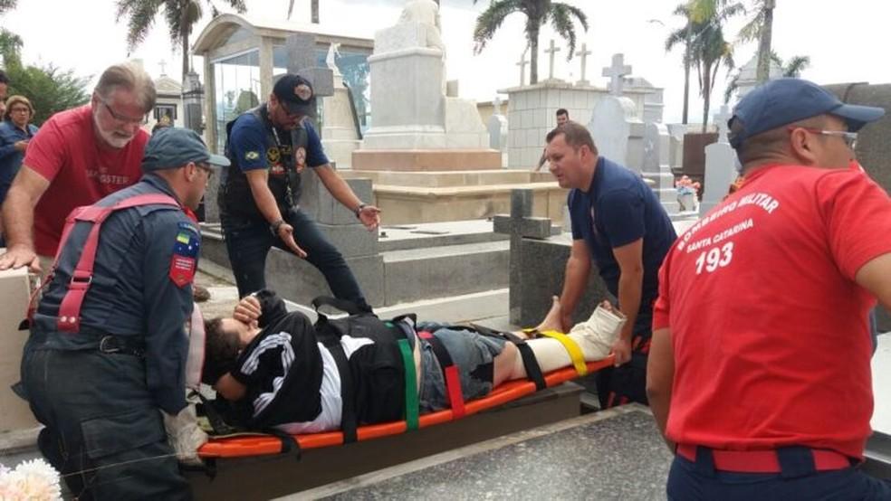Homem quebrou o tornozelo ao cair em túmulo (Foto: Anderson de Liz/Divulgação)