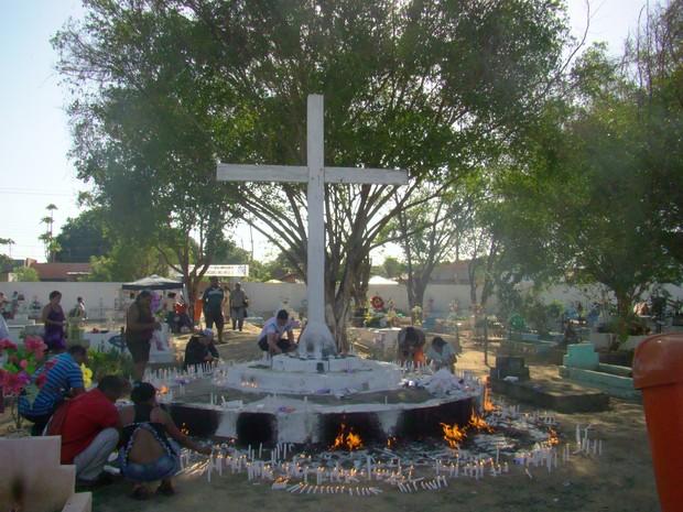 População acendem velas no cruzeiro do cemitério  (Foto: Gilcilene Araújo/G1)