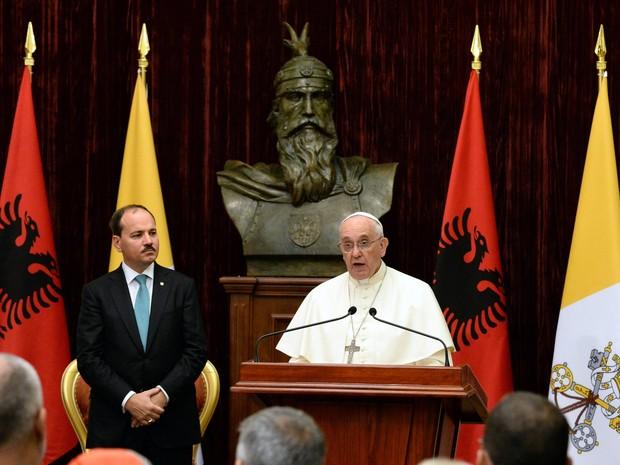 Papa Francisco discursa ao lado do presidente da Albânia, Bujar Nishani, neste domingo (21) (Foto: AFP Photo/Pool/Ciro Fusco)