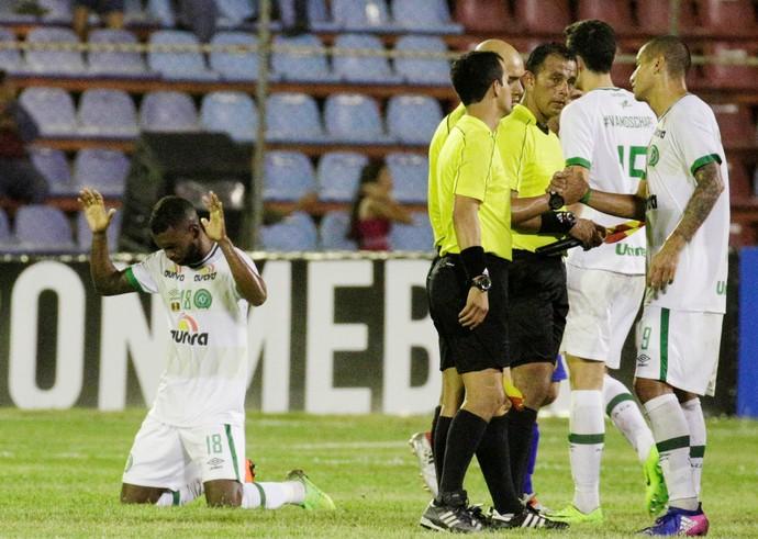 Luiz Antonio Chapecoense contra Zulia (Foto: REUTERS/Marco Bello)