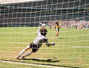 pênalti de Sócrates defendido pelo goleiro francês Joel Bats na Copa do México em 1986 (Foto: AFP)
