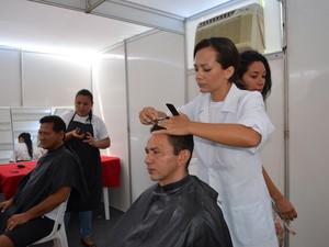 Diversos serviços sociais foram ofertados aos participantes, entre eles o de corte de cabelo (Foto: Neidiana Oliveira/G1)