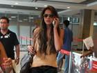 De pernas de fora, Bruna Marquezine embarca em aeroporto