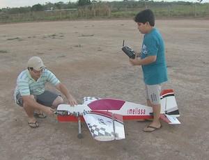 Igor Amado e Vitor Amado, irmãos apaixonados pelo aeromodelismo, em Rio Branco (Foto: Reprodução/TV Acre)