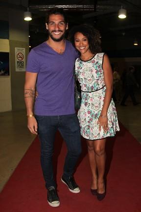 Sheron Menezzes com o namorado, Saulo Bernard, em show no Rio (Foto: Manuela Scarpa/ Foto Rio News)