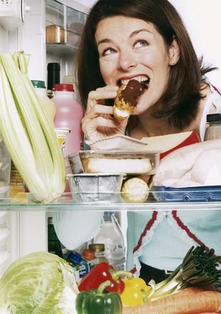 Mulher comendo na geladeira euatleta (Foto: Getty Images)