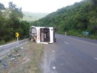Ônibus sai da pista, tomba na Rota do Sol e 14 pessoas ficam feridas