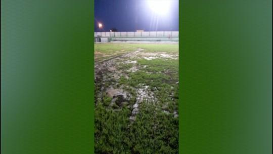 Impraticável: Estádio em Murici vira lamaçal em jogo da Série D; veja vídeo